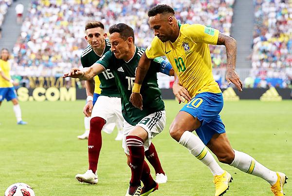 Neymar se enfrenta a Andrés Guardado. El brasileño se impuso. (Foto: FIFA)