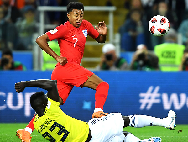 Jesse Lindard pelea el balón con Davinson Sánchez. (Foto: FIFA)