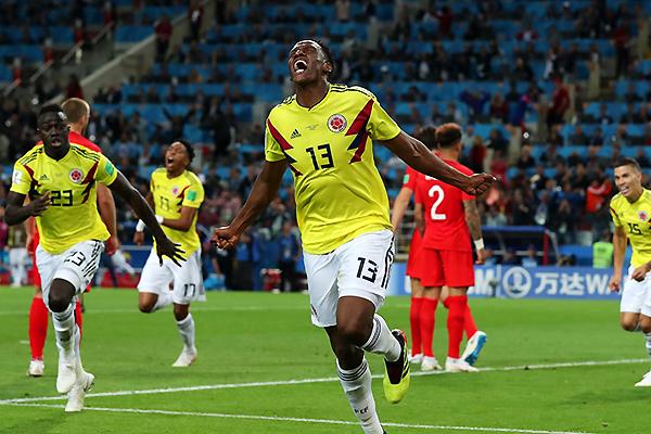 Yerry Mina celebra el agónica gol de Colombia. El empate le daba vida para ir hasta el tiempo suplementario. (Foto: FIFA)