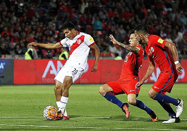 Encuentros como un Chile - Perú podían tener un valor muy alto para la consideración del Ranking FIFA. (Foto: EFE)
