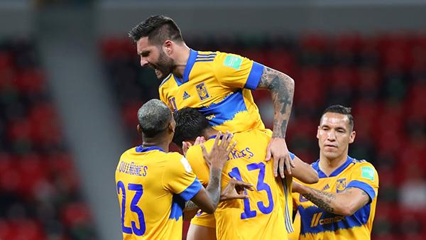 Gignac en los hombros de todo su séquito atigrado: el francés es sin duda el líder de un equipo en buena medida dependiente de su humor goleador. (Foto: FIFA)