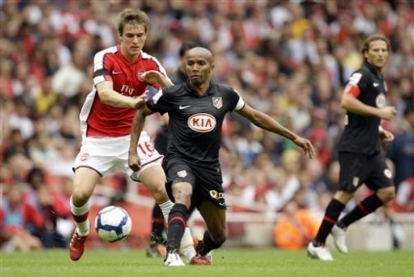 Aaron Ramsey ya es una realidad en el Arsenal. Acá en acción ante Atlético Madrid en uno de los duelos de pretemporada (Foto: AP)