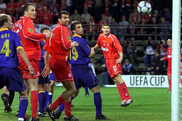 Gerrard, Babbel y Hamman observan cómo el balón ingresa al arco de Alavés. Fue el gol del título. (Foto: AFP)