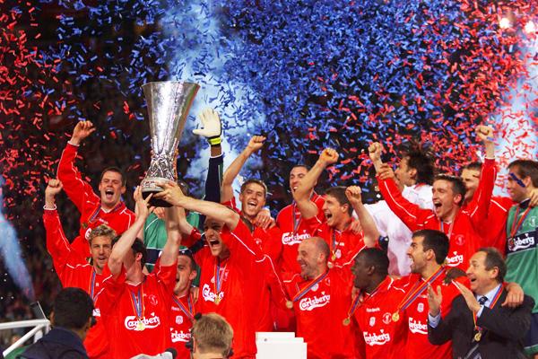 Fowler y Hyppia levantan la tercera Copa UEFA para Liverpool. (Foto: AFP)
