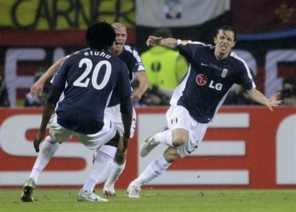 EXPLOSIÓN BRITÁNICA. Simon Davies celebra el tanto de la igualdad para el Fulham. El equipo inglés se paró bien en el campo (Foto: AP)
