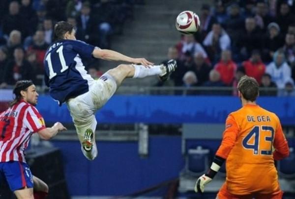 PATADA VOLADORA. Zoltan Gera ensaya una acrobática maniobra ante las miradas del golero De Gea y de Ujfalusi. El cuadro británico se exigió al tope (Foto: AP)