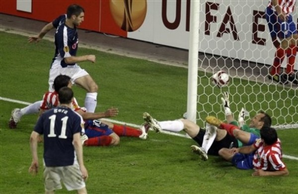 POR UN POQUITO SE TE FUE. Agüero, barriéndose, se quedó a un tris de colocar el segundo. El balón chocó en la parte posterior de la red (Foto: AP)