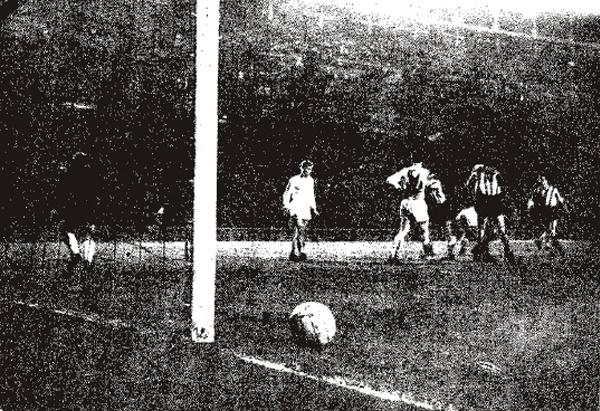 Se acaba de producir el primer gol del partido de ida, obra de Vavá, luego de un rebote en el poste tras disparo de Agustín (Foto: colchonero.com)