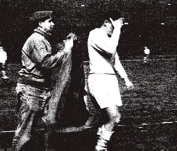 El alemán Karl Borutta sale del campo de juego lamentándose por su expulsión (Foto: colchonero.com)