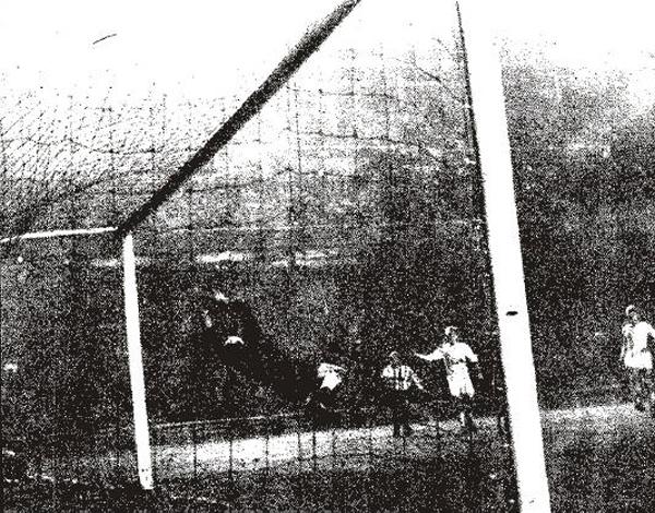 Manfred Orzessek vuela en vano tras el remate de Miguel que aumentó a dos la cuenta del Atlético (Foto: colchonero.com)