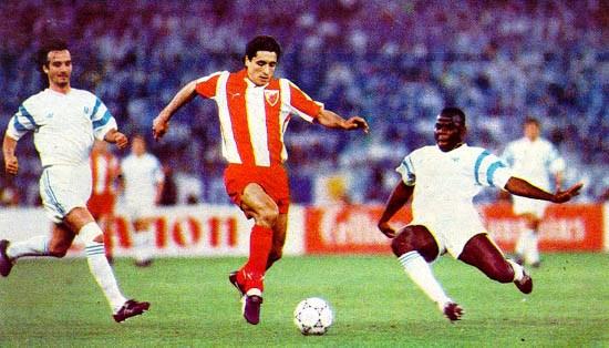 Darko Pancev marcado por Basile Boli en la final de la Copa de Campeones 1990-1991 entre el Estrella Roja y el Olympique de Marsella. Ambos equipos habían ganado sus respectivos partidos de ida en semifinales. (Foto: arhivo.servia.gov.rs)