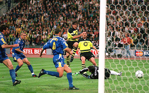Karl-Heinz Riedle encaminó el triunfo del Dortmund con dos goles que a la Juventus le fue imposible de remontar (Foto: AFP)