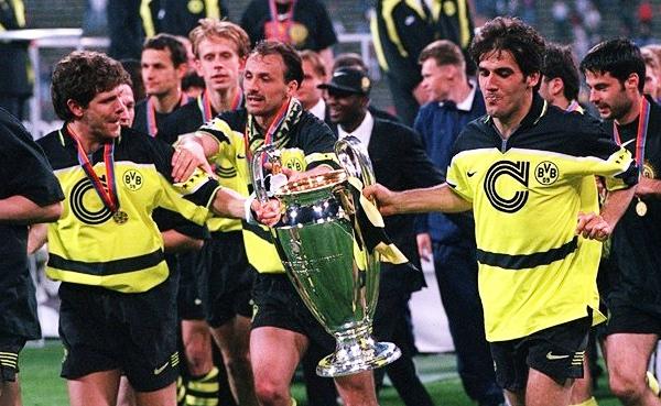 La Champions se pasea en manos de dos de las estrellas del Dortmund, Andreas Möller y Karl-Heinz Riedle (Foto: uefa.com)