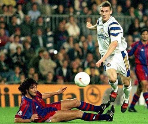 Andriy Shevchenko deja en el suelo a Fernando Couto. Fue el 5 de noviembre de 1997, cuando el Dynamo de Kiev le endilgó una estrepitosa goleada de 0-4 al Barcelona (Foto: flickr.com)