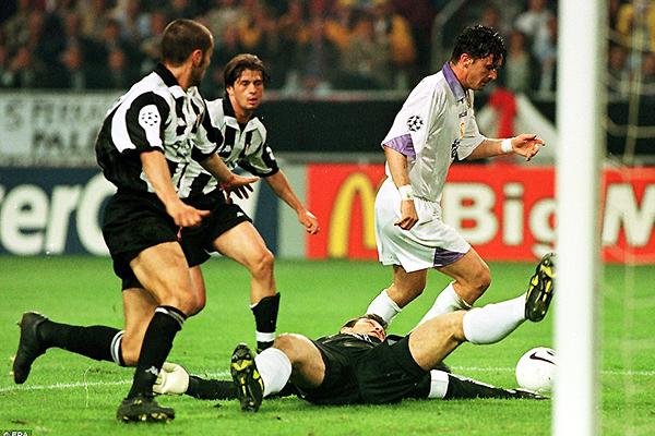 Predaj Mijatovic se saca del camino a Angelo Peruzzi y consigue el único tanto de Real Madrid sobre Juventus. El cuadro merengue se consagró campeón de la Champions 1997/1998 (Foto: dailymail.co.uk)