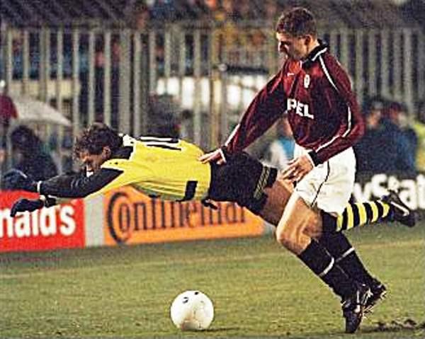 Andreas Möller es trabado durante la victoria 0-3 del Borussia Dortmund sobre el Sparta Praga en la Champions League 1997/98. (Foto: AP)