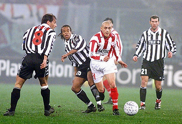 Olympiacos, bicampeón del fútbol griego en ese momento, llegó a los cuartos de final de la Champions League 1998/99 y se enfrentó ante una Juventus plagada de estrellas. El cuadro italiano fue superior y pasó. (Foto: redplanet.gr)