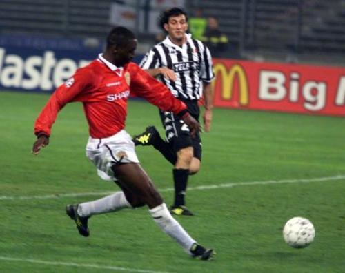 Andy Cole convierte para el Manchester frente a la 'Juve' en la semifinal de 1999 (Foto: eircom.net)