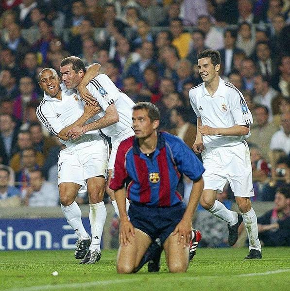 Zidane y Roberto Carlos celebran en el 0-2 sobre Barcelona por la Champions 2001/02 (Foto: marca.com)