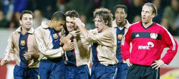 Reiziger y Puyol abrazan a Overmars, tras el gol que le dio la victoria a Barcelona en su visita al Leverkusen, en 2002 (Foto: mundodeportivo.com)