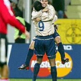 Javier Saviola celebra uno de los goles del Barcelona a domicilio sobre el Bayer Leverkusen en 2002 (Foto: elpais.com)