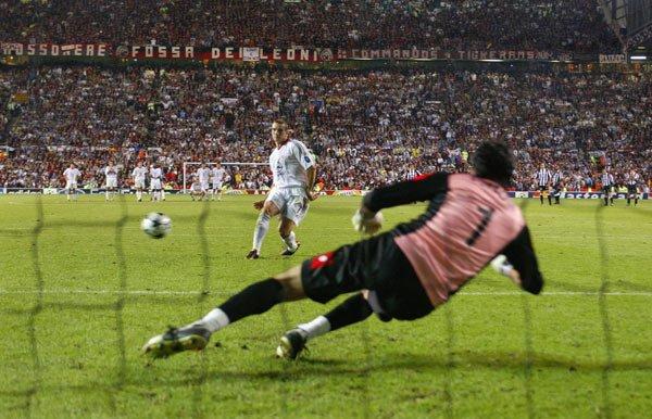 Solo los penales lograron romper el 0-0 que Milan y Juventus sacaron en el tiempo regular de la final que disputaron en 2003 (Foto: AFP)