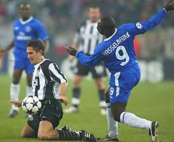 Jimmy Floyd Hasselbaink en acción para el Chelsea ante el Besiktas en 2003, en partido jugado en Alemania (Foto: bbc.co.uk)