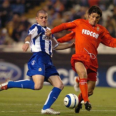 Esta fue la última victoria de un equipo por 0-5 en Champions League: la del Mónaco en Riazor sobre Deportivo La Coruña en diciembre de 2004. En la imagen, Walter Pandiani es marcado por Francois Modesto (Foto: elpais.com)