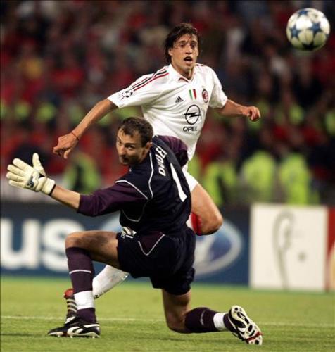 Hernán Crespo vence la valla del polaco Jerzy Dudek en la final Liverpool - Milan de 2004-2005. El argentino marcó un doblete esa tarde en el arco 'red' (Foto: wldcup.com)