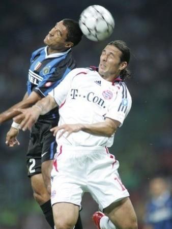 Pizarro al cabezazo con Iván Raimiro Córdoba la tarde que le anotó un gol al Inter con la camiseta del Bayern, en setiembre de 2006 (Foto: inter.it)