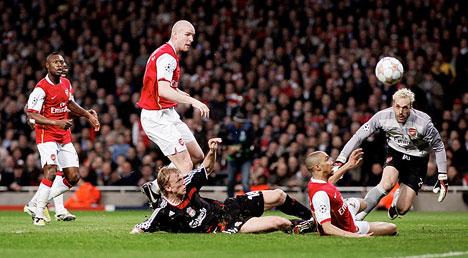 Senderos, como siempre, hizo un partido aceptable en el fondo de los 'Gunners' (Foto: dailymail.co.uk)