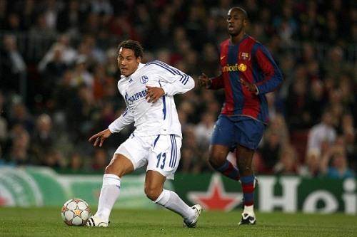 Jermaine Jones sirve ante la mirada de Yaya Touré. El marfileño anotó el único tanto para el Barcelona (Foto: schalke04.de)
