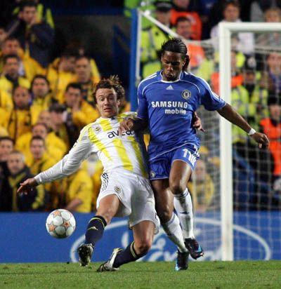 Aunque no anotó, Drogba sigue siendo una de las principales armas con que cuenta el Chelsea para llegar a Moscú (Foto: fenerbahce.org)