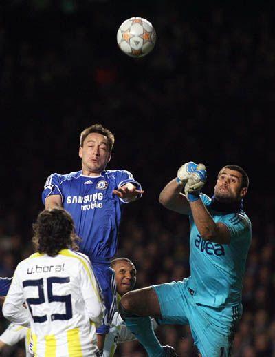 Terry estuvo parejo en la zaga londinense. Volkan, en el arco turco, destacó pese a la derrota (Foto: fenerbahce.org)