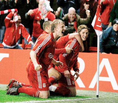 'The Kid' Torres hizo estallar Anfield con su estupenda definición para lograr el empate (Foto: dailymail.co.uk)