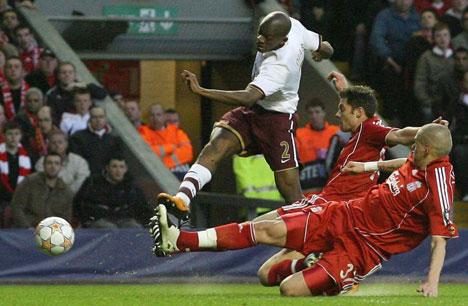 Arsenal abrió el marcador con este derechazo de Diaby en el primer tiempo (Foto: dailymail.co.uk)