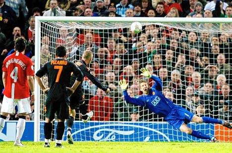 El penal disparado por De Rossi se perdió muy encima del travesaño de Van der Sar (Foto: dailymail.co.uk)