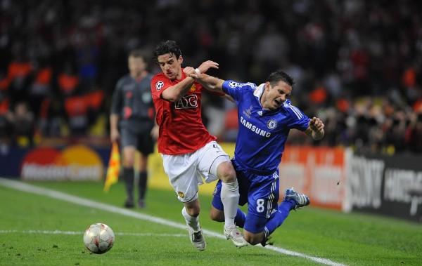 Hargreaves traba a Lampard. El volante del Chelsea marcó el empate (Foto: dailymail.co.uk)