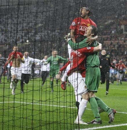 Hargreaves en el abrazo del título con Van der Sar, algo que ambos habían repetido antes con camisetas diferentes (Foto: Reuters)