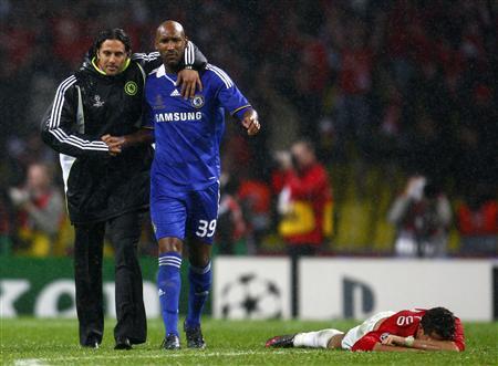 Inefable presencia peruana en la final: Claudio Pizarro consolando a Anelka luego de su error en el penal decisivo. Al lado, un emocionado Ronaldo (Foto: Reuters)