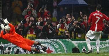 Cech le ataja el penal a Cristiano Ronaldo, quien acabaría festejando (Foto: Reuters)