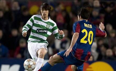 Deco controla la arremetida del japonés Shunsuke Nakamura. El Celtic no la vio en el Camp Nou (Foto: celticfc.net)