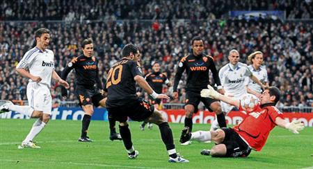 Casi contra todo pronóstico, la Roma hizo las veces de equipo de Bud Spencer y sacó adelante el partido en el Bernabéu (Foto: gazzetta.it)