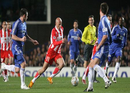 Ni el pundonor ni la técnica de Predrag Djordjevic pudieron contra el poderío del Chelsea (Foto: olympiacos.org)