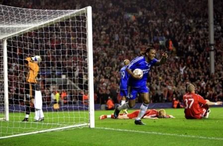 El lamento de Reina y el insólito festejo de Drogba resumen lo alucinante que fue la jugada que determinó el empate del Chelsea (Foto: Empics)
