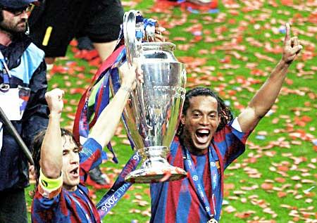 ¿Podrá Ronaldinho motivarse lo suficiente y enchufarse para alzar una nueva 'Orejona'? (Foto: washingtonhispanic.com)