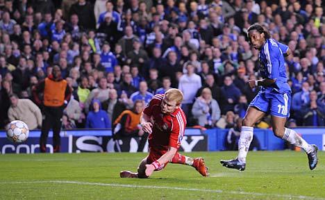 Drogba definió así, ante la marca de Riise, para marcar el primer tanto blue (Foto: dailymail.co.uk)