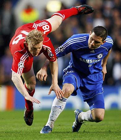 El holandés Dirk Kuyt no pudo marcar en el arco del Chelsea (Foto: Dailymail)