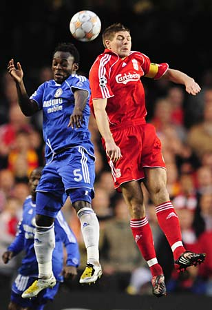 Essien es un auténtico patrón en el juego 'blue', y no se inmutó en Stamford Bridge ni ante Steven Gerrard (Foto: dailymail.co.uk)