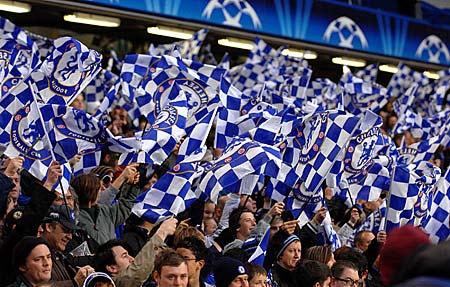 Impresionante marea azul en Stamford Bridge para celebrar la ansiada clasificación del Chelsea en cuarto intento a la final de la Champions (Foto: dailymail.co.uk)